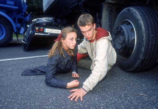Bild 1 von 14: Bonraths Sohn Jochen (Jona Mues) hat ein Auto geklaut, um seiner Freundin Tina (Anna Werner) zu imponieren. Leider verliert er auf der Autobahn die Kontrolle über das Fahrzeug und baut einen spektakulären Crash...