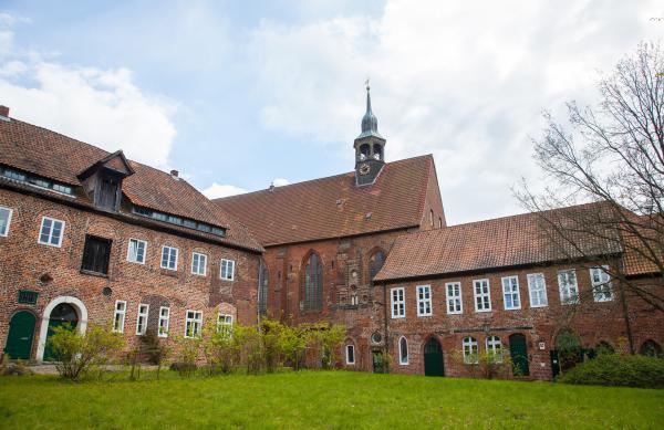 Bild 1 von 3: Oase abseits städtischen Trubels: Nur einen Steinwurf entfernt von Lüneburgs historischem Zentrum liegt das 1172 gegründete Benediktinerinnen-Kloster Lüne.