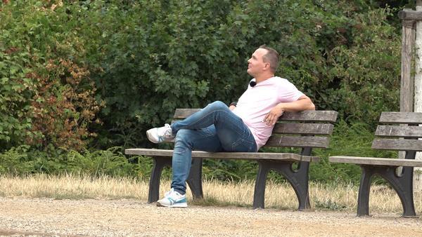 Bild 1 von 1: Der alleinerziehende Alex aus dem Ruhrgebiet sucht die große Liebe und stürzt sich voller Hoffnung ins Blind-Date-Abenteuer. Bei welcher Begegnung bekommt er weiche Knie?