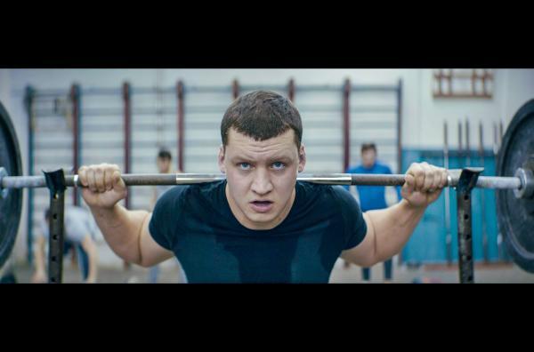 Bild 1 von 2: Der junge Gewichtheber Petro (Alexander Loy) steht kurz vor einem entscheidenden Wettkampf. Doch emotionale Wirrungen zermürben ihn und seine Konzentration lässt nach ?