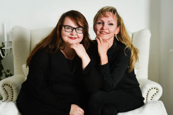 Bild 1 von 61: Manuela und ihre Schwester Claudia führen das Brautmodengeschäft 'Lavie' in Bochum.
