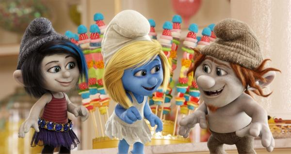 Bild 1 von 2: (Katy Perry) is surrounded by Gargamel's naughty creations Vexy (left, Christina Ricci) and Hackus (right, J.B. Smoove) in a candy store in Paris, France in Sony Pictures Animation SMURFS 2.