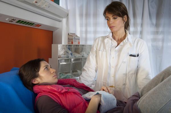 Bild 1 von 12: Jasmin (Gerit Kling, r.) kümmert sich um die verletzte Brasilianerin Maria (Samantha Viana, l.).