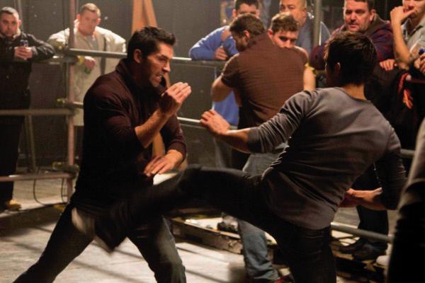 Bild 1 von 7: Nur um den Tod seines Bruders Joey rächen zu können, kehrt Danny (Scott Adkins, l.) zu seiner Bande zurück, um diese zu trainieren ...
