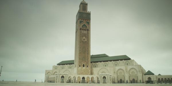 Bild 1 von 11: Moschee Hassan II.: High-Tech-Gotteshaus luxuriösen Ausmaßes in Casablanca und höchstes Gotteshaus der Welt. Der besondere Clou ist das verschiebbare Dach: Die 1100 Tonnen öffnen sich auf Knopfdruck lautlos in fünf Minuten. Nachts schießt ein Laserstrahl aus der Spitze des Minaretts und strahlt 30 Kilometer weit gen Mekka.