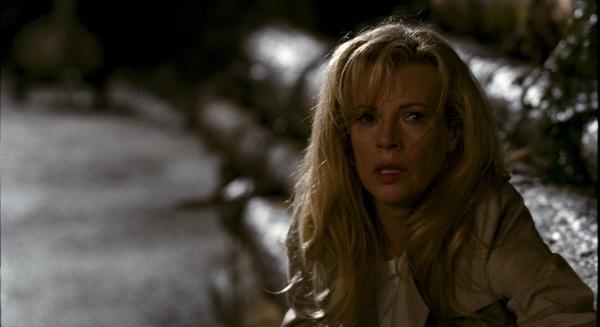 Bild 1 von 14: Della (Kim Basinger) ist fassungslos: Aus einer harmlosen Alltagssituation hat sich ein lebensgefährlicher Albtraum entwickelt.