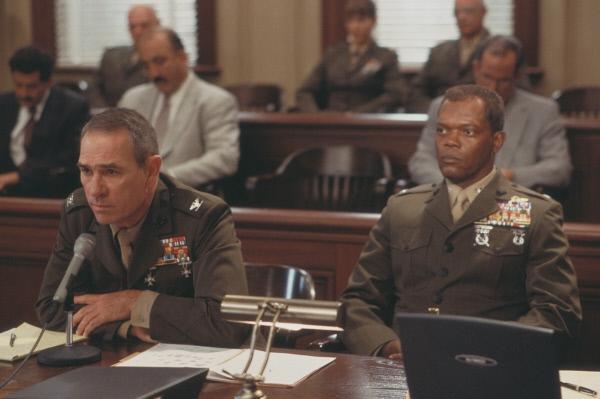Bild 1 von 5: Childers (Samuel L. Jackson,r.) steht zu seinem Entschluss und tritt mit seinem Rechtsbeistand und alten Gefährten Colonel Hodges (Tommy Lee Jones) vor das Militärgericht.