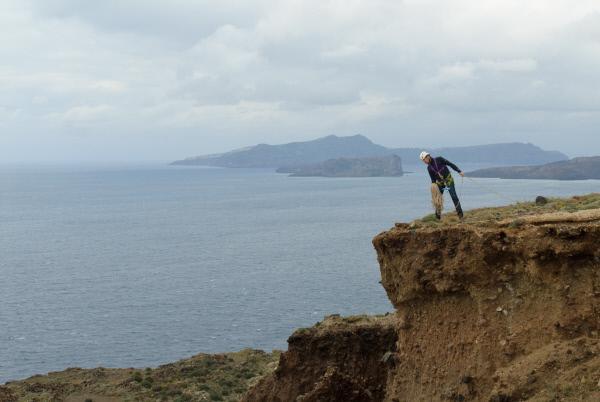 Bild 1 von 14: Dirk Steffens auf den Klippen von Santorini. Hier hofft er, mehr über den Vulkanausbruch zu Zeiten der Minoer zu erfahren.