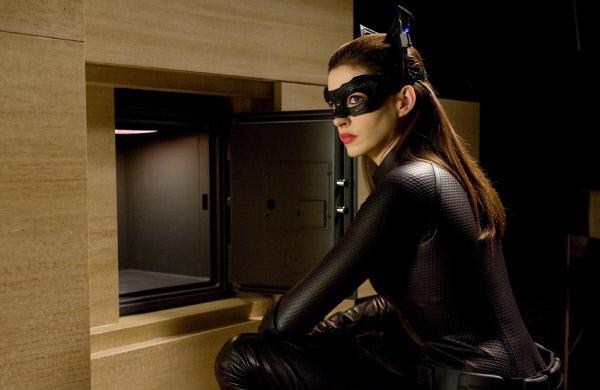 Bild 1 von 14: Die mysteriöse Selina Kyle bricht als Catwoman (Anne Hathaway) bei Bruce Wayne ein und nimmt sich seine Fingerabdrücke von seinem Safe. Was hat sie damit vor?