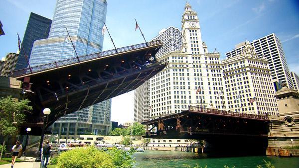 Bild 1 von 3: Die Klappbrücke in der Michigan Avenue, Chicago, wurde 1920 für den Straßenverkehr geöffnet.