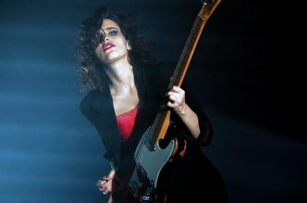Bild 1 von 4: Die vielschichtige Musik der britischen Sängerin Anna Calvi geht unter die Haut.