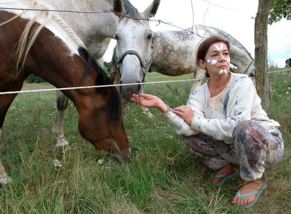 Bild 1 von 4: Die Malerin Maria (Hannelore Elsner) hat ihre Kriegsbemalung aufgesetzt.