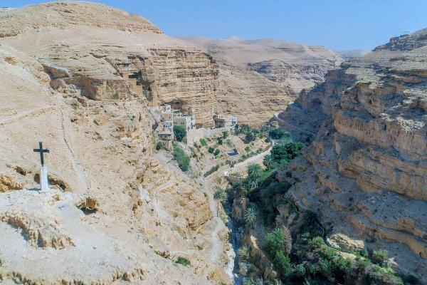 Bild 1 von 7: Auf dem Weg durch die trockene judäische Wüste überrascht eine Einsiedelei, die schon im 5. Jahrhundert nach Christus von syrischen Eremiten gegründet wurde: das Kloster Sankt Georg.