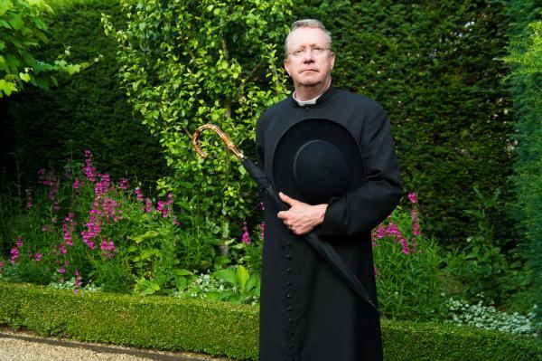 Bild 1 von 2: Father Brown (Mark Williams) geht bei seinen Ermittlungen dem Tod eines Sektenmitglieds nach.