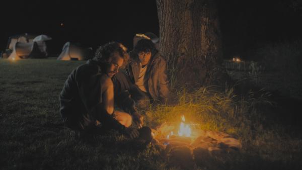 Bild 1 von 5: Michiel (Boris Van Severen) und Asim (Saïd Boumazoughe) reden auf ihrem Weg viel über die Vergangenheit. Die Suche nach Lisa ist für die Gruppe aufwühlender, als gedacht.