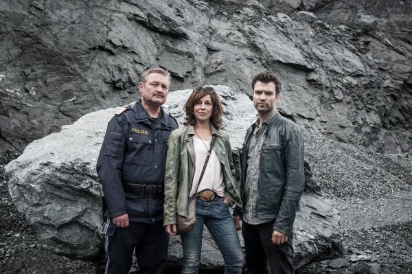 Bild 1 von 7: Diesmal hat Nina (Julia Cencig) die entscheidende Idee zur L�sung des Falles. Kroisleitner (Ferry �llinger, l.) und Lukas (Jakob Seeb�ck) erkennen das neidlos an.