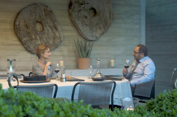 Bild 1 von 6: Hélène (Astrid Whettnall) und Henri Dewallon (Patrick Timsit) feiern ihre Rückkehr aus der Klinik mit einem Glas Rotwein.