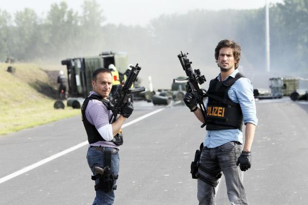 Bild 1 von 39: Semir (Erdogan Atalay, l.) und Ben (Tom Beck) konnten den flüchtigen Verbrecher mit Hilfe des Helikopters stoppen.