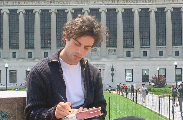 Bild 1 von 4: Aaron Altaras als junger Paul Auster vor der Columbia University