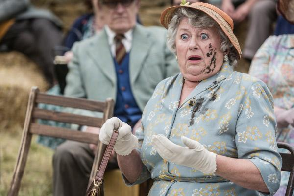 Bild 1 von 4: Mrs Mccarthy (Sorcha Cusack) wurde während des Theaterstücks mit Schlamm beworfen.