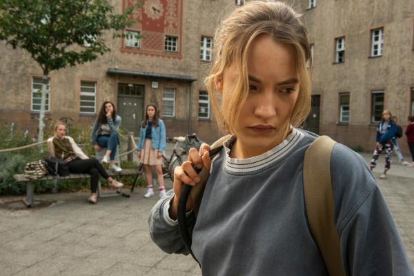 Bild 1 von 15: Jule (Ella Morgen, r.) ist eine Außenseiterin in der Schule. Ihre Mitschülerinnen Sunny (Mia Kovac, l.), Mia (Amira Demirkiran, 2.v.l.) und Adele (Fleurie Malburg, 2.v.r.) fragen sich, was mit ihr los ist.