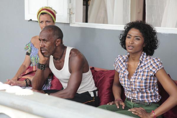 Bild 1 von 1: Catherine (Élisabeth Bougine, l.),  Dwayne (Danny John-Jules, M.) und Camille (Sara Martins, r.) warten.