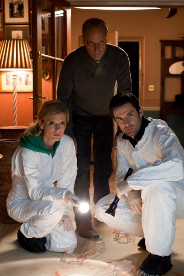 Bild 1 von 6: Dr. Nikki Alexander (Emilia Fox l.) , Prof. Leo Dalton (William Gaminara M.) und Harry Cunningham (Tom Ward r.) sind dem mysteriösen Tod eines Häftlings auf der Spur.