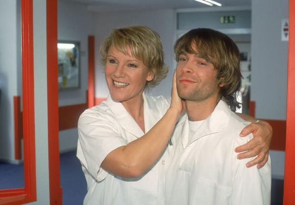 Bild 1 von 6: Nikola (Mariele Millowitsch) besorgt ihrem Sohn Peter (Eric Benz) eine Zivildienststelle im Krankenhaus, mit der Auflage, ihr keine Schande zu bereiten...