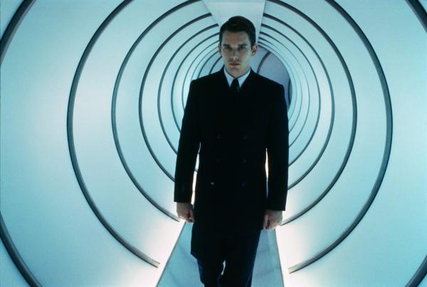 Vincent (Ethan Hawke) im schwarzen Anzug kommt durch einen Tunnel