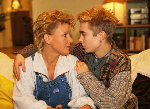 Bild 1 von 11: Nikola (Mariele Millowitsch) möchte sich mit ihrem Sohn Peter (Eric Benz) einen gemütlichen Abend machen. Peter ist von dieser Idee nicht gerade begeistert.