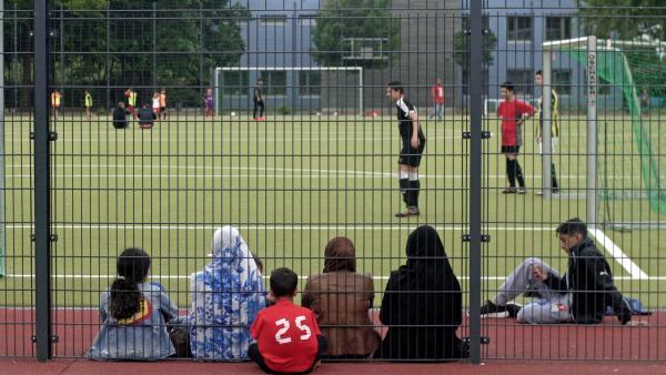 Bild 1 von 4: Frauen und Mütter beim Fußball-Training ihrer Söhne.