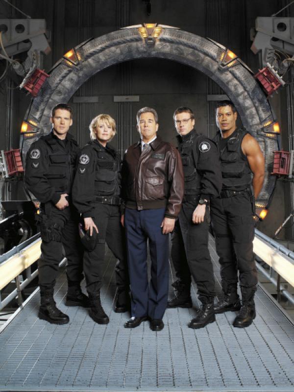 Bild 1 von 3: Das SG 1-Team: v.l.n.r. Colonel Cameron Mitchell (Ben Browder), Captain Samantha Carter (Amanda Tapping), General Hank Landry (Beau Bridges), Daniel Jackson (Michael Shanks) und Teal?C (Christopher Judge).