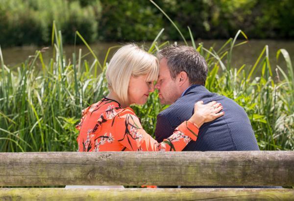 Bild 1 von 1: James Lacey (Jamie Glover) und Agatha Raisin (Ashley Jensen) sprechen sich aus, nachdem James in den zurückliegenden Tagen untergetaucht war und sogar selbst des Mordes an Melissa verdächtigt wurde.