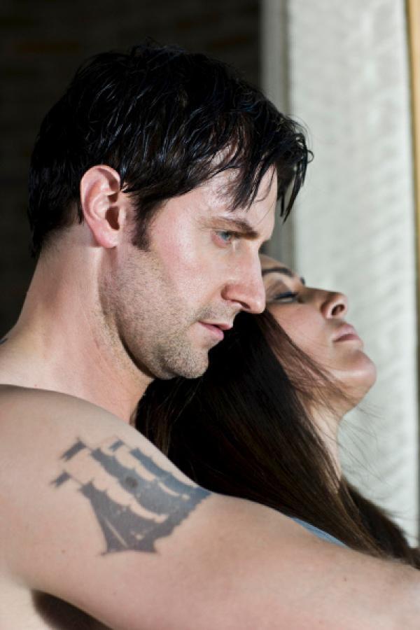 Bild 1 von 5: Lucas North (Richard Armitage) und Maya Lahan (Laila Rouass).