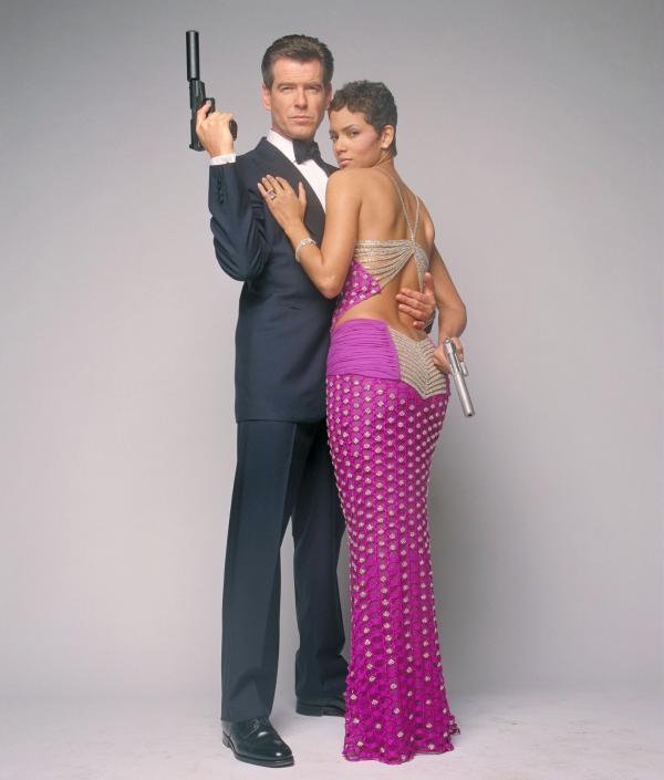 Bild 1 von 17: James Bond (Pierce Brosnan), Geheimagent Ihrer Majestät, ist wieder unterwegs - in tödlicher Mission: Es gilt einen Verräter zu entlarven und einen Krieg von katastrophalen Ausmaßen zu verhindern. Ihm zur Seite steht die gefährlich attraktive Jinx (Halle Berry).