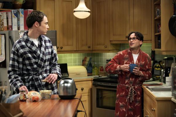 Bild 1 von 9: Während Leonard (Johnny Galecki, r.) feststellen muss, dass Penny nach ihrer gemeinsamen Nacht ohne ein Wort verschwunden ist, suchen Howard und Raj im Internet für Sheldon (Jim Parsons, l.) eine Frau ...