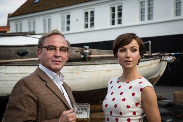 Bild 1 von 14: Rektor Block (Alexander Held) heißt seine neue Kollegin Stella Petersen (Julia Koschitz) willkommen.