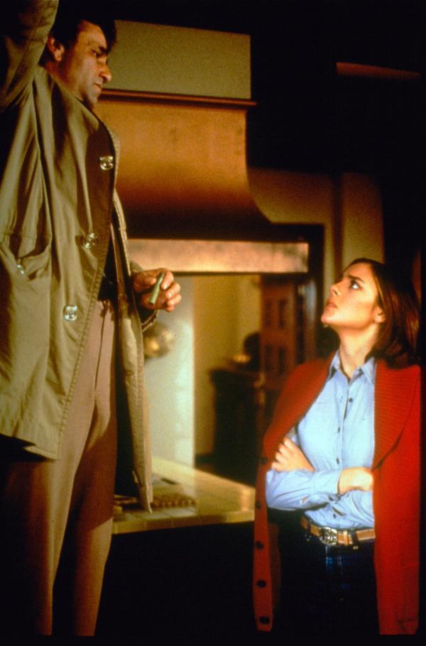 Bild 1 von 2: Columbo (Peter Falk, l.); Joanne Nicholls (Kim Cattrall, r.)