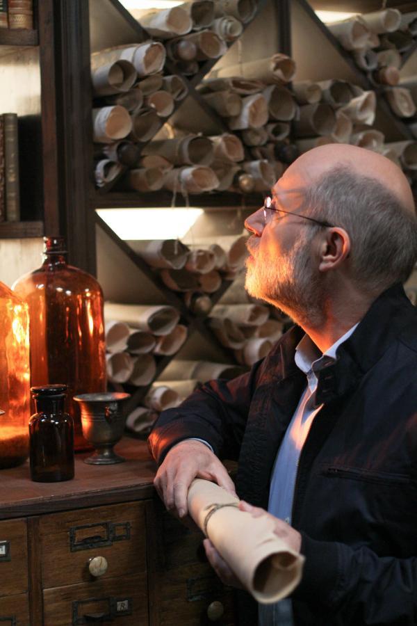 Bild 1 von 1: Harald Lesch beim Dreh am Filmset: \