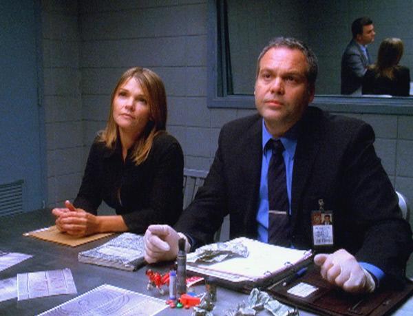 Bild 1 von 3: Eine Nonne ist ermordet aufgefunden worden. Detective Goren (Vincent D'Onofrio) und Detective Eames (Kathryn Erbe) ermitteln.