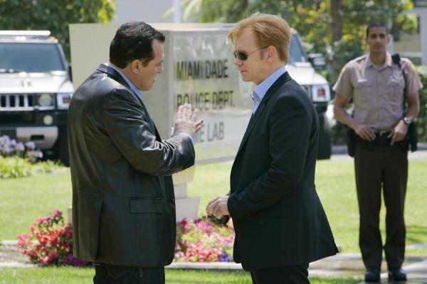 Bild 1 von 7: Bei einem fingierten Polizeieinsatz wurde ein Mann getötet. Eine DNA-Spur führt das CSI-Team um Horatio Caine (David Caruso, M.) zu dem Privatdetektiv Kurt Rossi (Tom Sizemore, l.). Ist er in den Fall verstrickt?