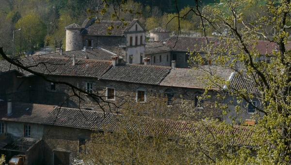 Bild 1 von 2: Blick auf das ehemalige Kartäuserkloster, das heute den Kern des Dorfes bildet.