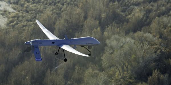 Bild 1 von 2: Die General Atomics MQ-1 Predator ist ein wichtiger Bestandteil des US-amerikanischen Militärs und wird schon seit vielen Jahren eingesetzt. Für längere Transporte lässt sich die ungefähr 8,20 Meter lange Drohne einfach auseinanderbauen und praktisch verstauen.