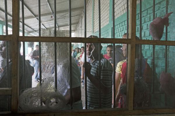 Bild 1 von 3: In der Haftanstalt in Danli werden diejenigen Häftlinge, die zu sogenannten Koordinatoren ernannt wurden und die Arbeit der Security hinter den Gefängnisgittern fortsetzen, von allen Insassen respektiert. Wie kann dieses ungewöhnliche System ohne den Eingriff der Sicherheitsbeamten so reibungslos funktionieren?