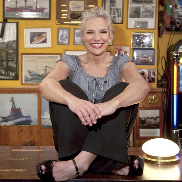 Bild 1 von 12: Moderatorin Ina Müller in der Kneipe \