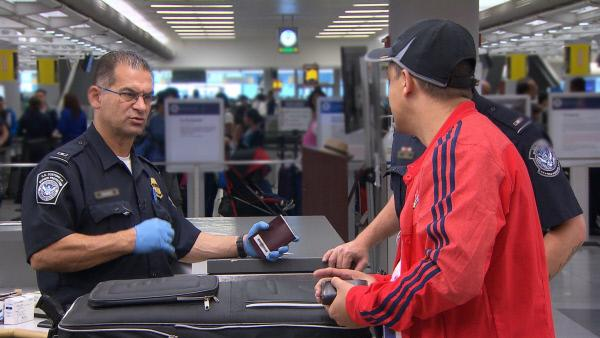 Bild 1 von 9: Die Grenzbeamten müssen jeden Einreisenden und jedes Gepäckstück genau beleuchten ...