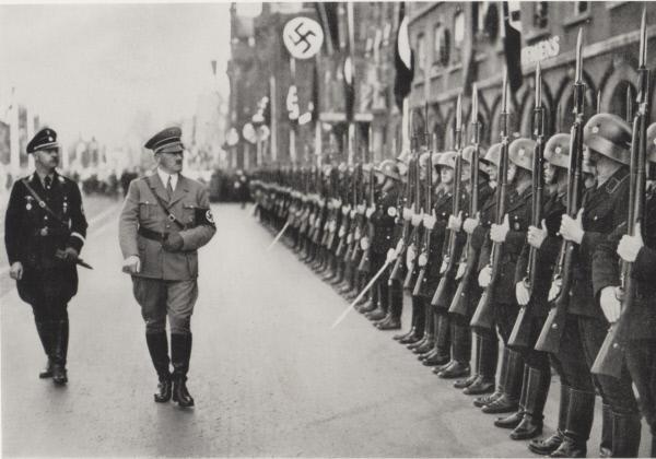 Bild 1 von 1: Adolf Hitler bei einer Truppen-Inspektion.