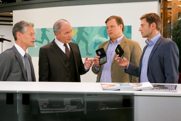 Bild 1 von 3: Ein Gespräch mit Sebastian Burger (Steffen Wink, l.) und Dr. Jentsch (Johannes Terne, 2.v.l.) macht Hansen (Igor Jeftic, r.) und Hartl (Michael A. Grimm, 2.v.r.) auf eine heiße Spur aufmerksam.