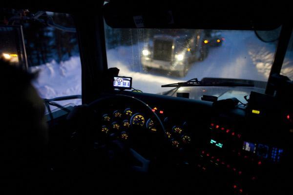 Bild 1 von 6: (5. Staffel) - Die Ice Road Truckers sind ständig klirrender Kälte und gefährlichen Winterstürmen ausgesetzt, die jede Tour zum Abenteuer machen, dennoch lohnt es sich ihr Job: Pro Ladung, die sie über zugefrorene Gewässer transportieren, bringt bis zu 2000 Dollar ...