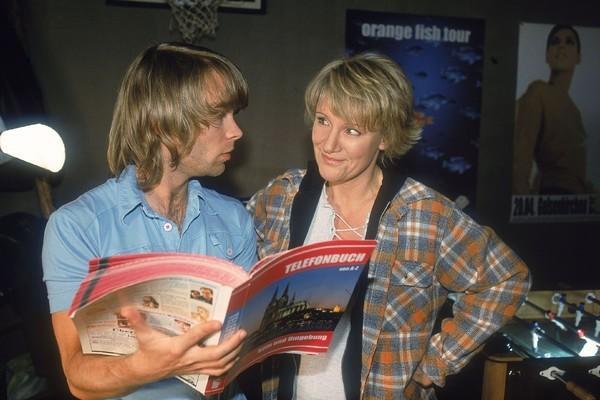 Bild 1 von 9: Nikola (Mariele Millowitsch) kann nur noch grinsen, als ihr Sohn Peter (Eric Benz) versucht, eine Zivildienststelle per \